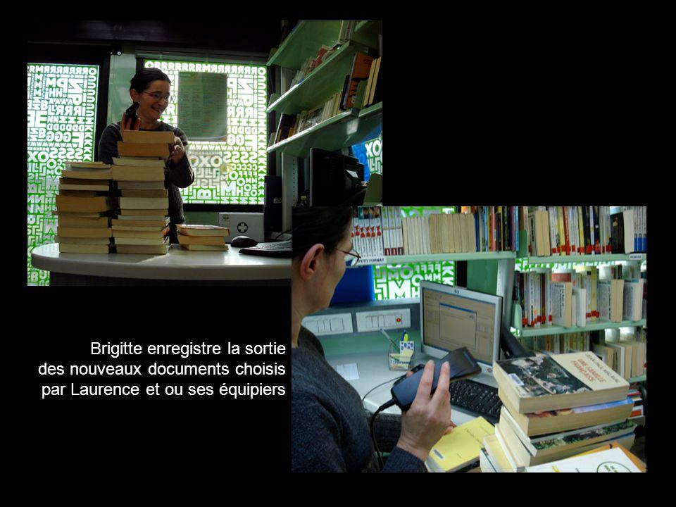 Brigitte enregistre la sortie des nouveaux documents choisis par Laurence et ou ses équipiers