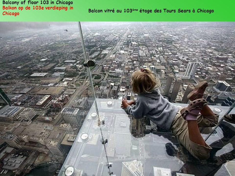 Balcony of floor 103 in Chicago Balkon op de 103e verdieping in Chicago Balcon vitré au 103 ème étage des Tours Sears à Chicago