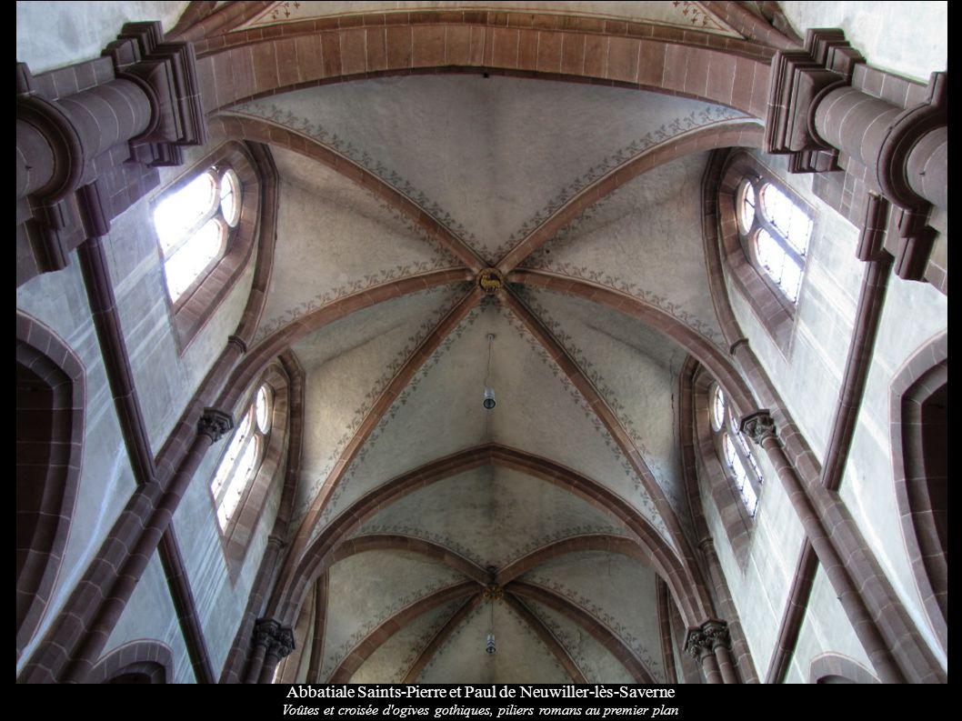 Abbatiale Saints-Pierre et Paul de Neuwiller-lès-Saverne Voûtes et croisée d'ogives gothiques, piliers romans au premier plan