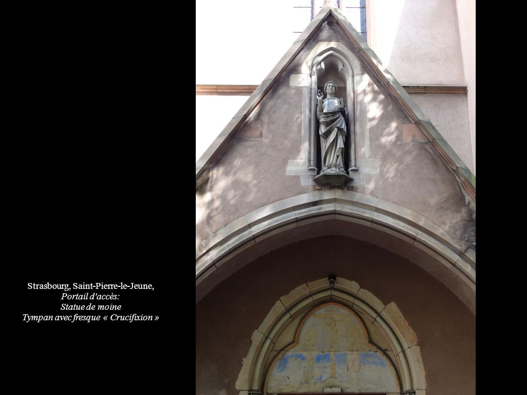 Strasbourg, Saint-Pierre-le-Jeune, Portail d accès: Statue de moine Tympan avec fresque « Crucifixion »