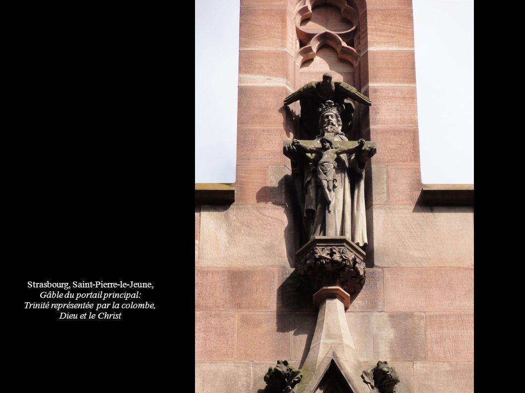 Strasbourg, Saint-Pierre-le-Jeune, Gâble du portail principal: Trinité représentée par la colombe, Dieu et le Christ