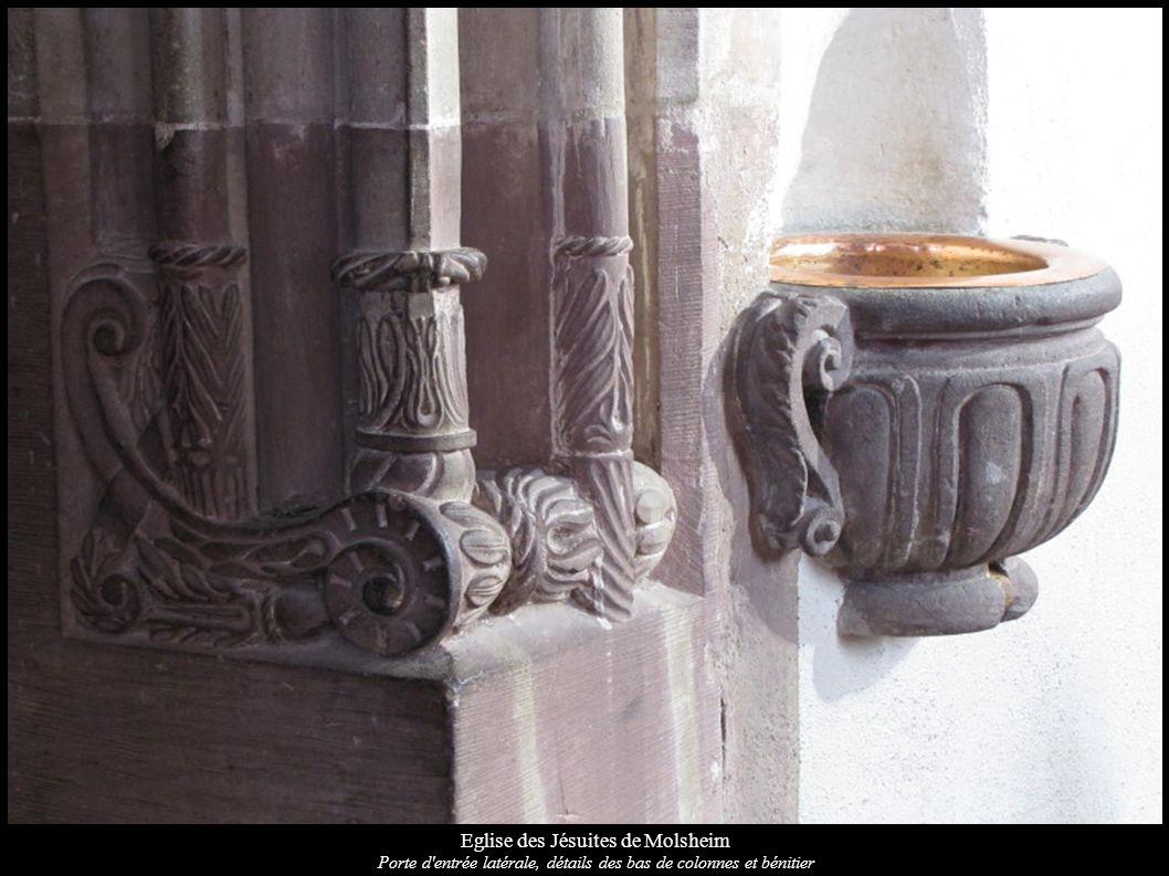 Eglise des Jésuites de Molsheim Porte d'entrée latérale, détails des bas de colonnes et bénitier