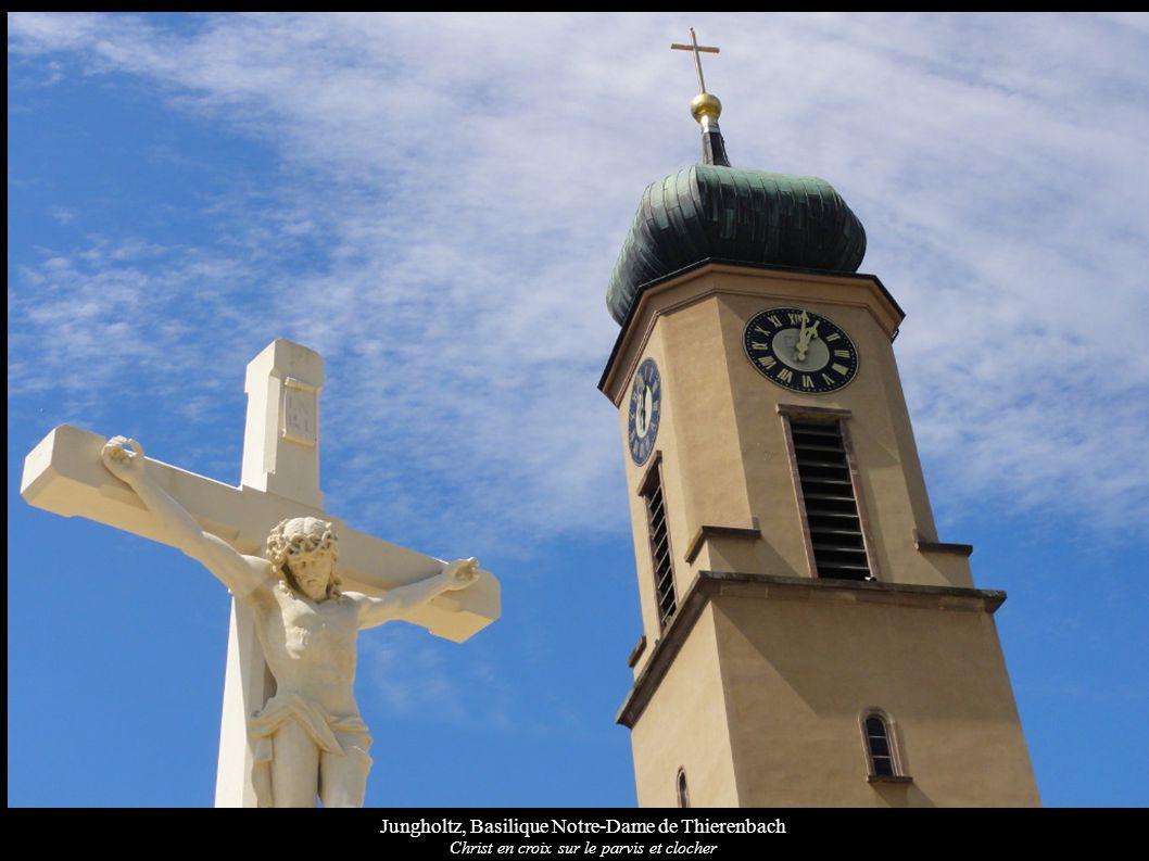 Jungholtz, Basilique Notre-Dame de Thierenbach Christ en croix sur le parvis et clocher