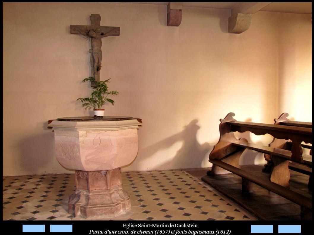 Eglise Saint-Martin de Dachstein Partie d'une croix de chemin (1657) et fonts baptismaux (1612)