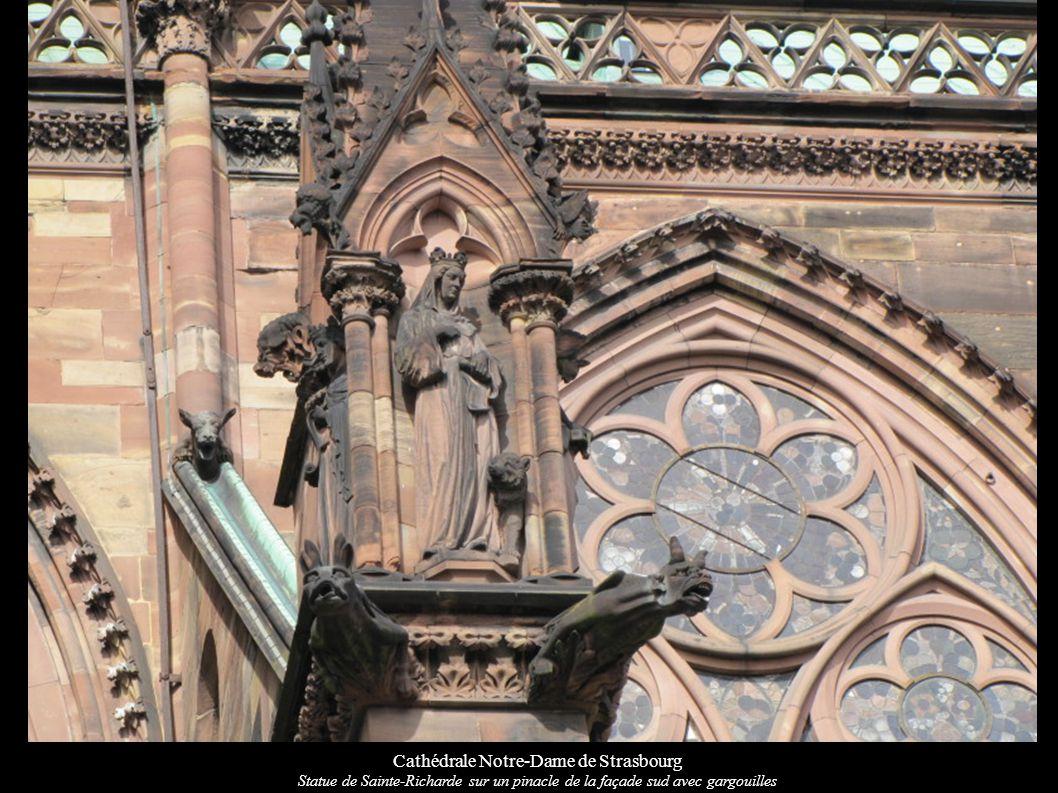 Cathédrale Notre-Dame de Strasbourg Statue de Sainte-Richarde sur un pinacle de la façade sud avec gargouilles