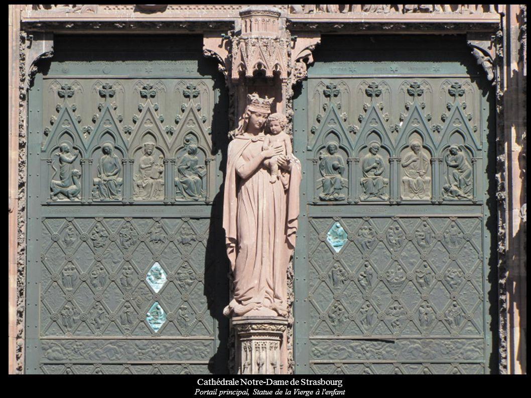 Cathédrale Notre-Dame de Strasbourg Saint-Léon (pape alsacien) et la cigogne (symbole alsacien), sur la façade occidentale