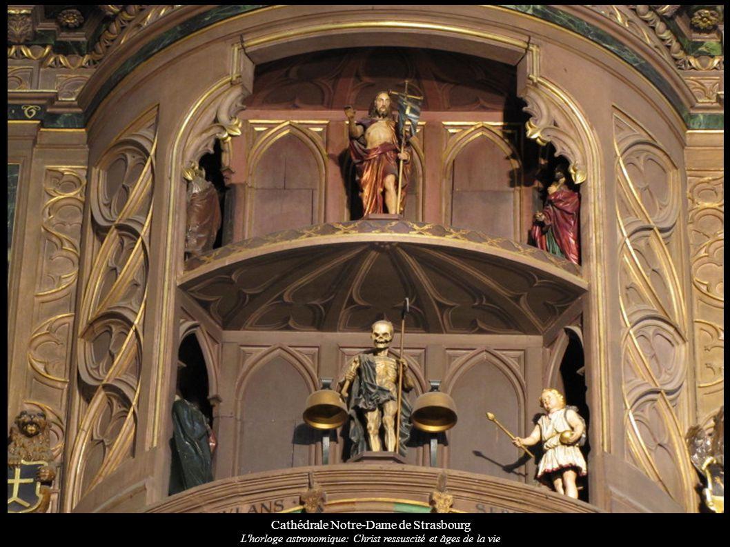 Cathédrale Notre-Dame de Strasbourg L'horloge astronomique: Christ ressuscité et âges de la vie