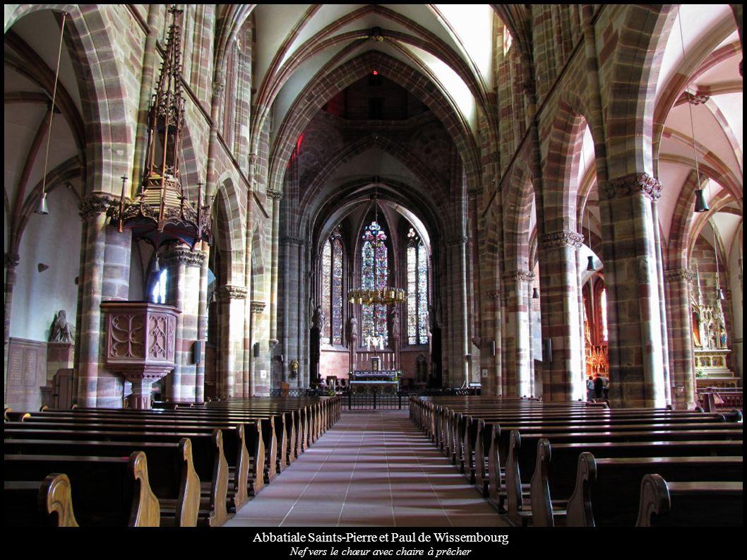 Abbatiale Saints-Pierre et Paul de Wissembourg Nef vers le chœur avec chaire à prêcher