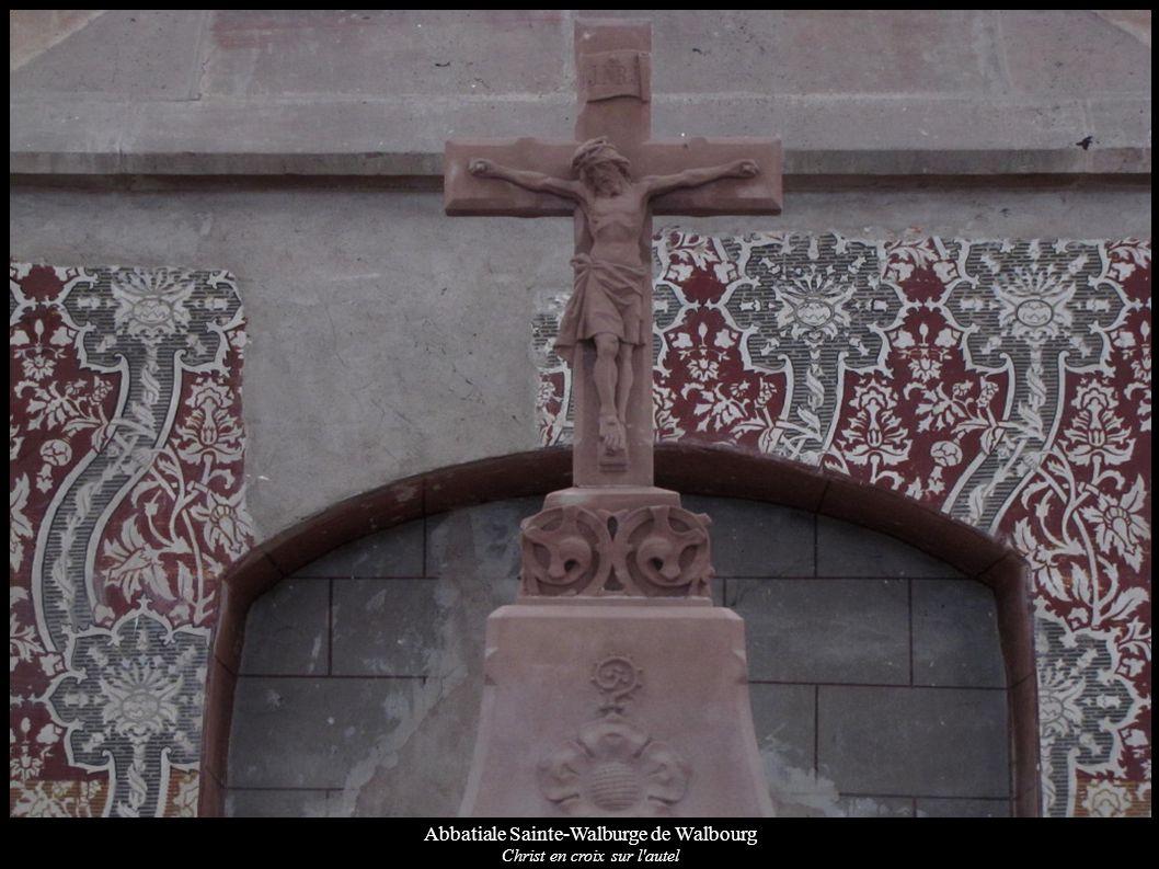 Abbatiale Sainte-Walburge de Walbourg Christ en croix sur l'autel