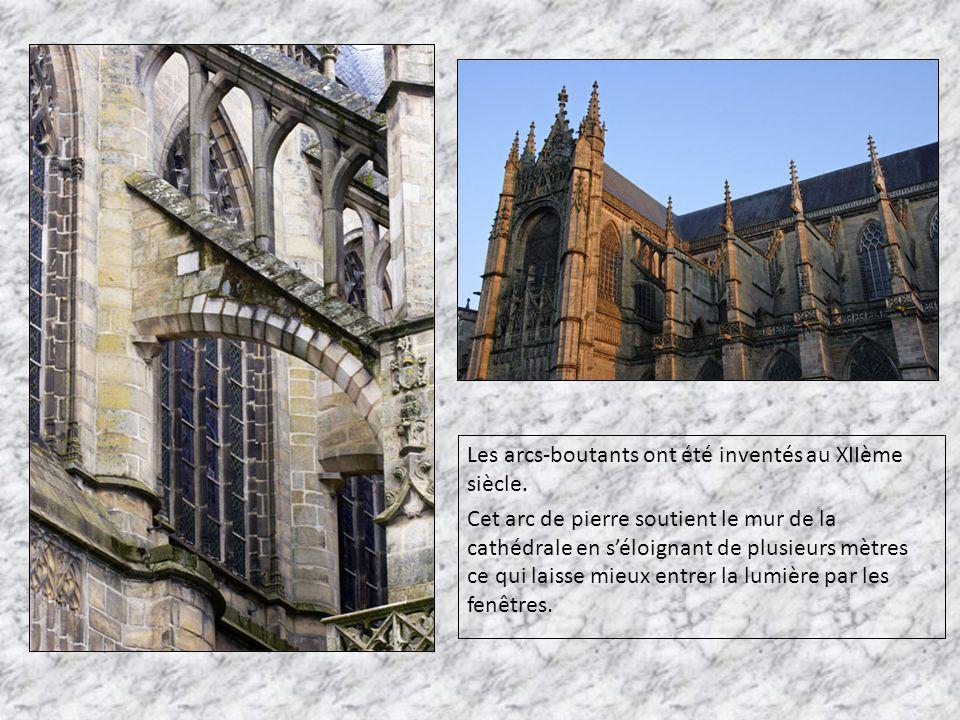 Les arcs-boutants ont été inventés au XIIème siècle. Cet arc de pierre soutient le mur de la cathédrale en s'éloignant de plusieurs mètres ce qui lais