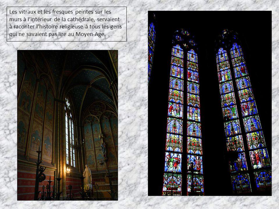Les vitraux et les fresques peintes sur les murs à l'intérieur de la cathédrale, servaient à raconter l'histoire religieuse à tous les gens qui ne sav