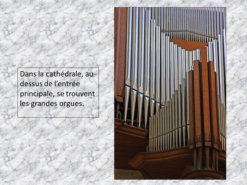 Dans la cathédrale, au- dessus de l'entrée principale, se trouvent les grandes orgues.