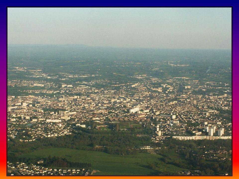 L Aéroport international de Limoges-Bellegarde est situé à huit kilomètres du centre ville sur la commune de Limoges.