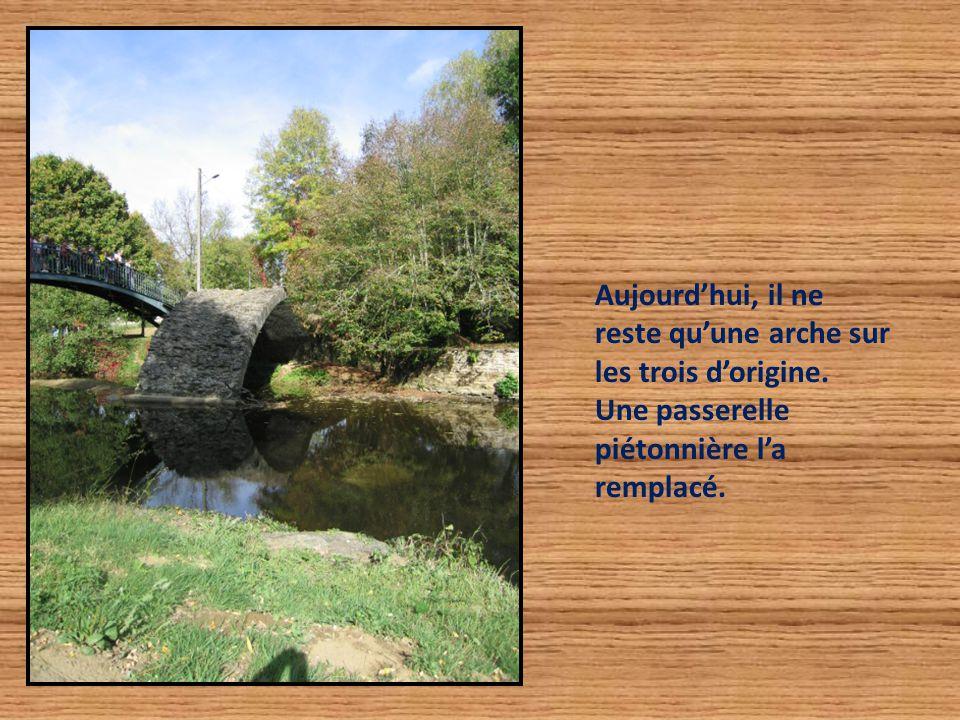 Aujourd'hui, il ne reste qu'une arche sur les trois d'origine. Une passerelle piétonnière l'a remplacé.