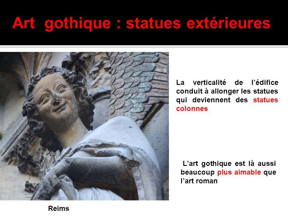 Chartres Art gothique : statues extérieures La verticalité de l'édifice conduit à allonger les statues qui deviennent des statues colonnes L'art gothi