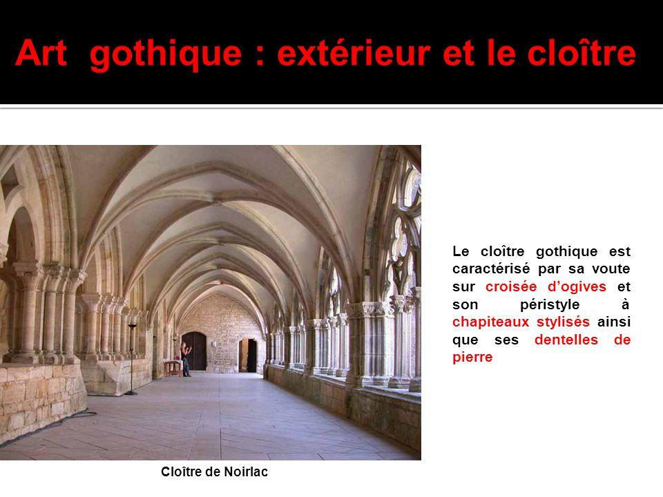 Le cloître gothique est caractérisé par sa voute sur croisée d'ogives et son péristyle à chapiteaux stylisés ainsi que ses dentelles de pierre Art got