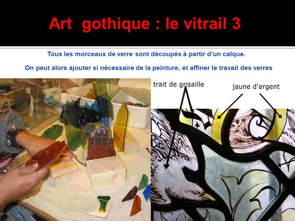 Art gothique : le vitrail 3 Tous les morceaux de verre sont découpés à partir d'un calque. On peut alors ajouter si nécessaire de la peinture, et affi