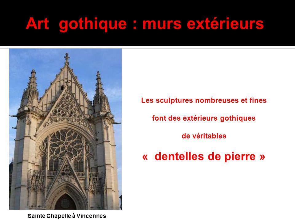 Art gothique : murs extérieurs Sainte Chapelle à Vincennes Les sculptures nombreuses et fines font des extérieurs gothiques de véritables « dentelles