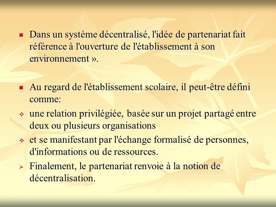 Dans un système décentralisé, l'idée de partenariat fait référence à l'ouverture de l'établissement à son environnement ». Dans un système décentralis