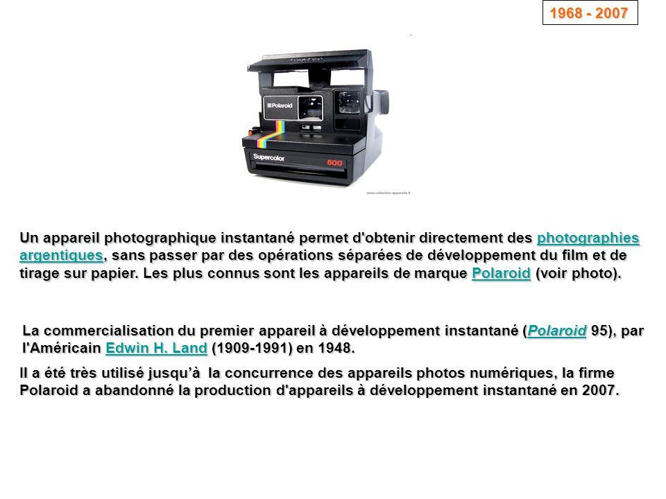 Un appareil photographique instantané permet d'obtenir directement des photographies argentiques, sans passer par des opérations séparées de développe