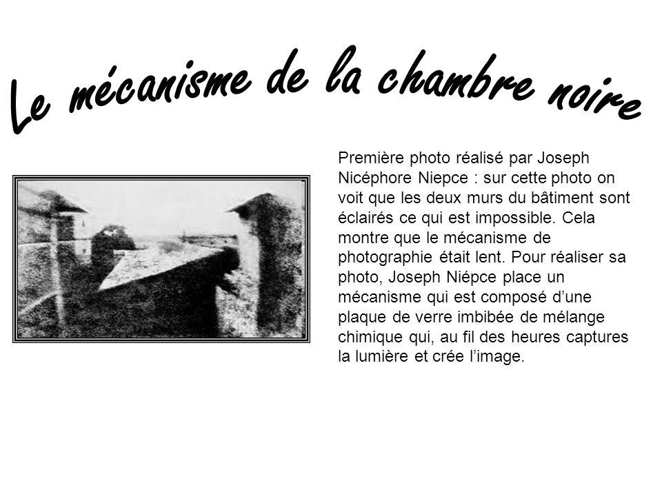 Première photo réalisé par Joseph Nicéphore Niepce : sur cette photo on voit que les deux murs du bâtiment sont éclairés ce qui est impossible. Cela m