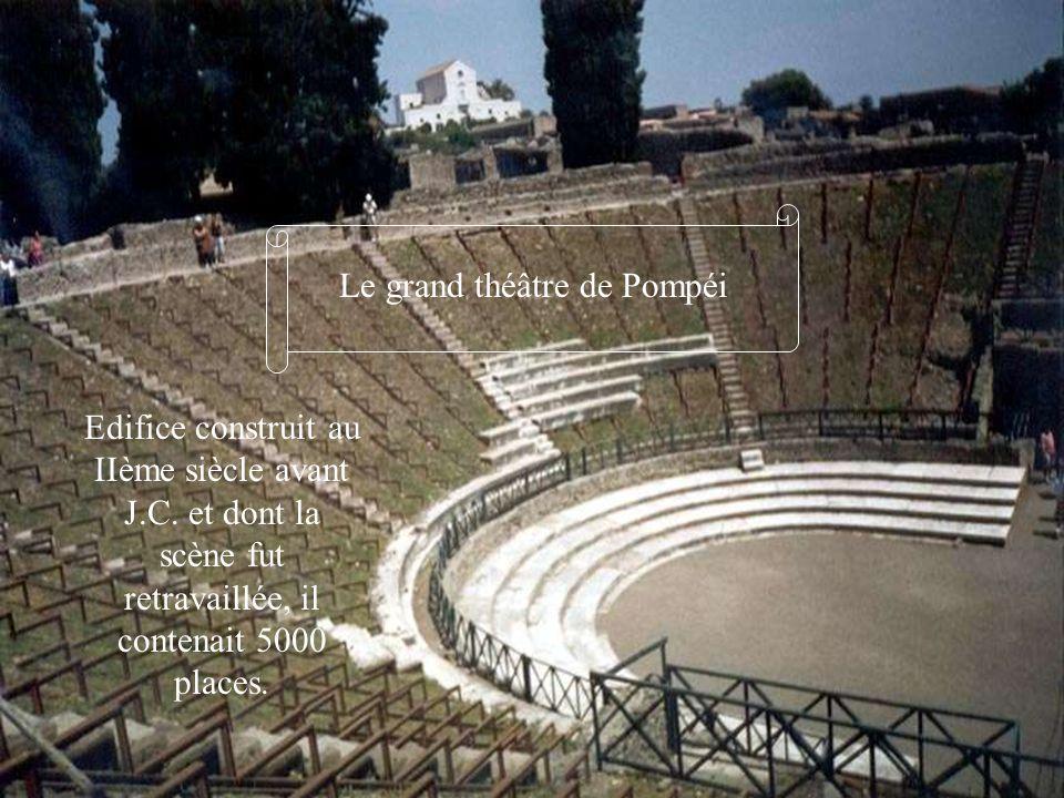 Le grand théâtre de Pompéi Edifice construit au IIème siècle avant J.C. et dont la scène fut retravaillée, il contenait 5000 places.