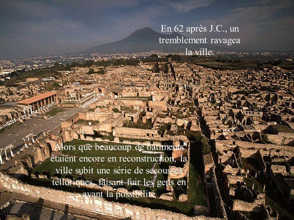 En 62 après J.C., un tremblement ravagea la ville. Alors que beaucoup de bâtiments étaient encore en reconstruction, la ville subit une série de secou