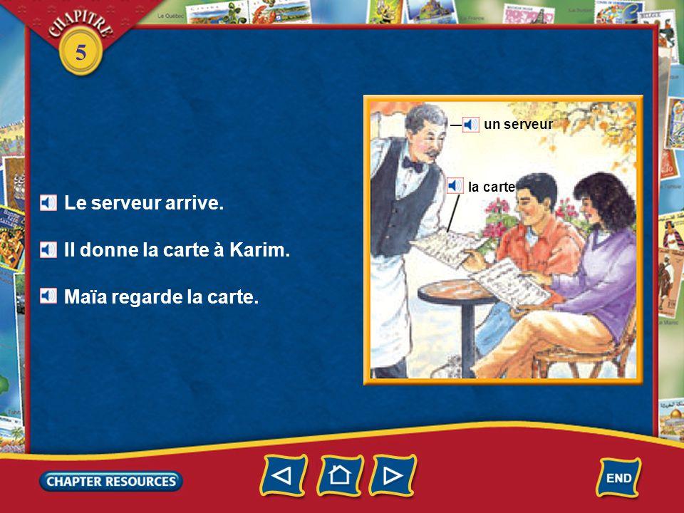 5 Le serveur arrive. Il donne la carte à Karim. Maïa regarde la carte. un serveur la carte