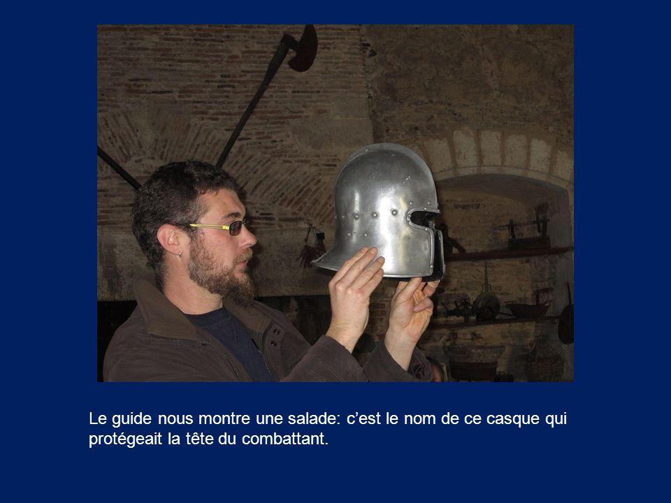 Le guide nous montre une salade: c'est le nom de ce casque qui protégeait la tête du combattant.