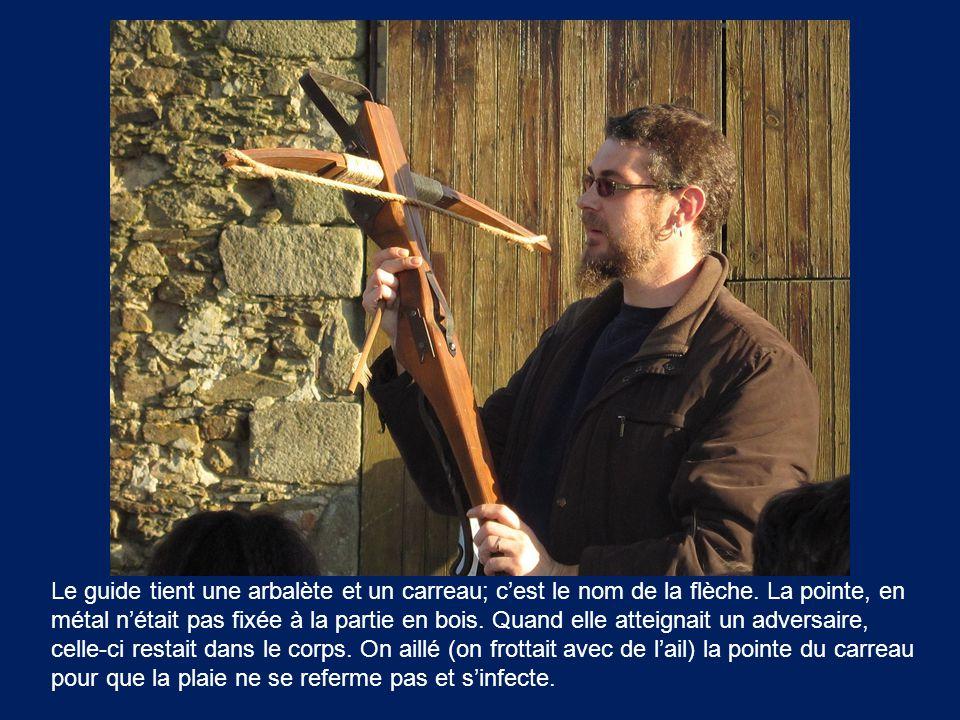 Le guide tient une arbalète et un carreau; c'est le nom de la flèche. La pointe, en métal n'était pas fixée à la partie en bois. Quand elle atteignait