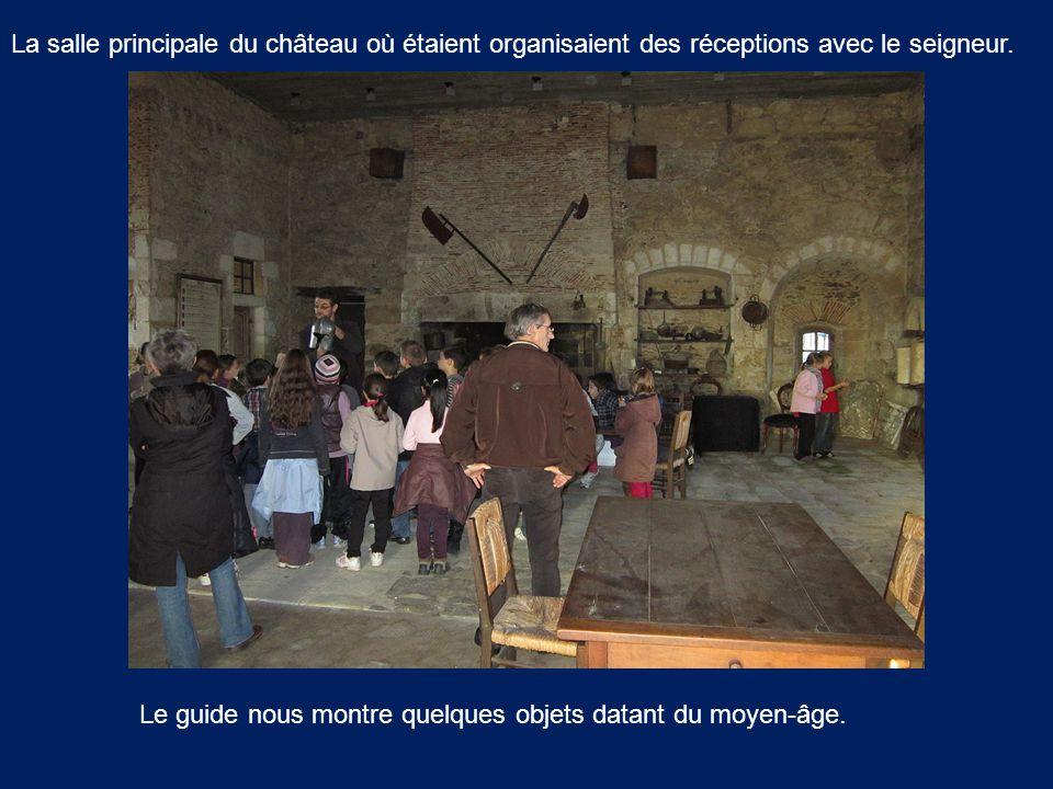 La salle principale du château où étaient organisaient des réceptions avec le seigneur. Le guide nous montre quelques objets datant du moyen-âge.