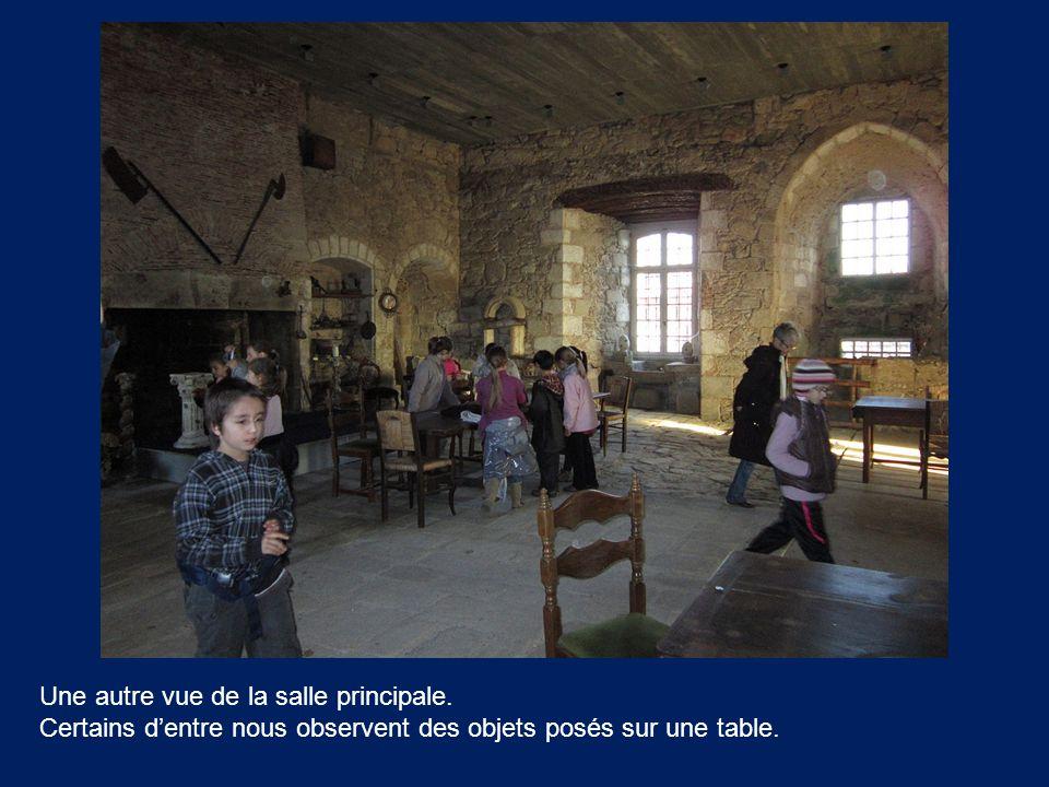 Une autre vue de la salle principale. Certains d'entre nous observent des objets posés sur une table.