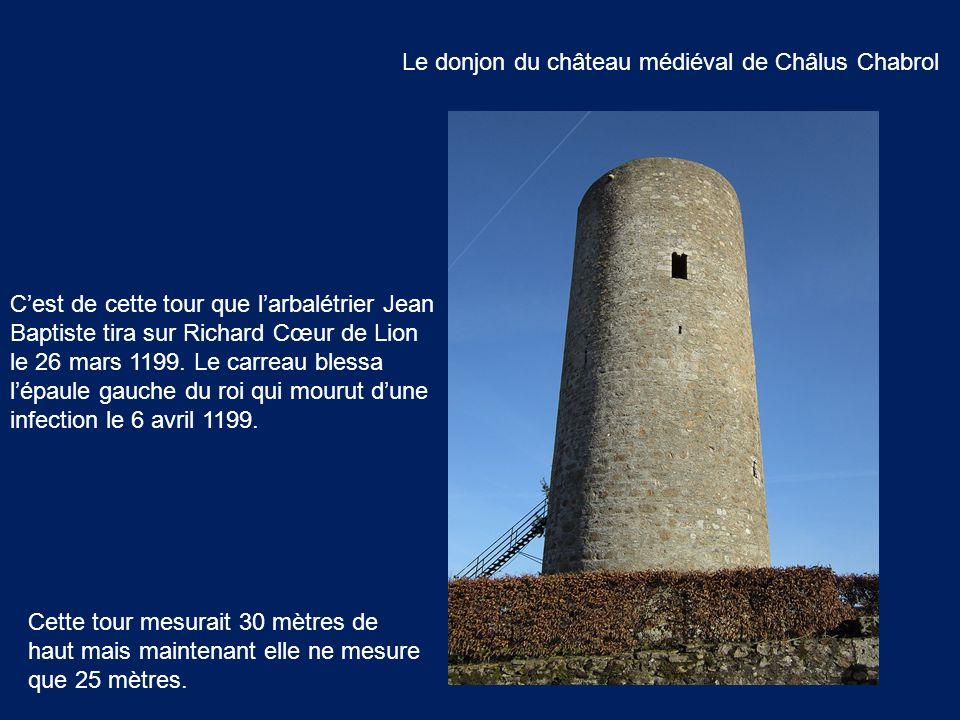 Le donjon du château médiéval de Châlus Chabrol Cette tour mesurait 30 mètres de haut mais maintenant elle ne mesure que 25 mètres. C'est de cette tou