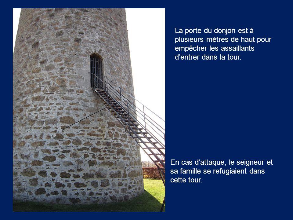 La porte du donjon est à plusieurs mètres de haut pour empêcher les assaillants d'entrer dans la tour. En cas d'attaque, le seigneur et sa famille se