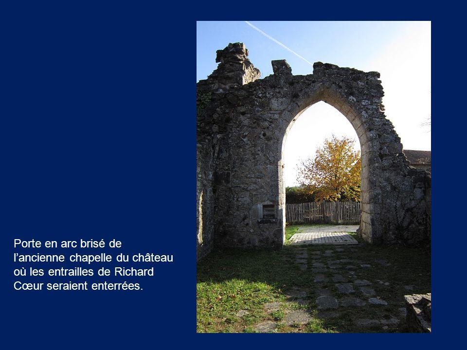 Porte en arc brisé de l'ancienne chapelle du château où les entrailles de Richard Cœur seraient enterrées.