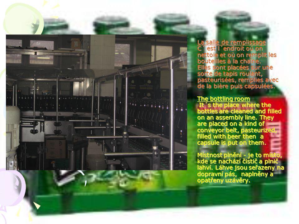 La salle de remplissage C´ est l´endroit oú on nettoie et où on remplit les bouteilles à la chaîne. Elles sont placées sur une sorte de tapis roulant,