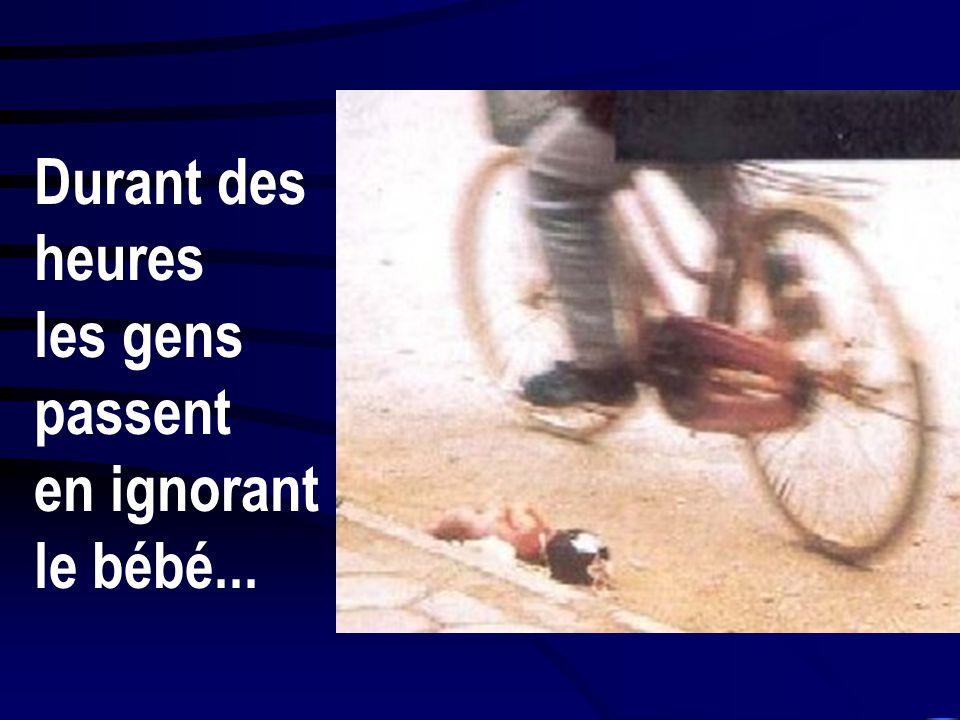 Un bébé nouveau-né gît, mort, dans la rue, sous les yeux des passants indifférents. Il n'est qu'une victime de plus de la politique cruelle du gouvern