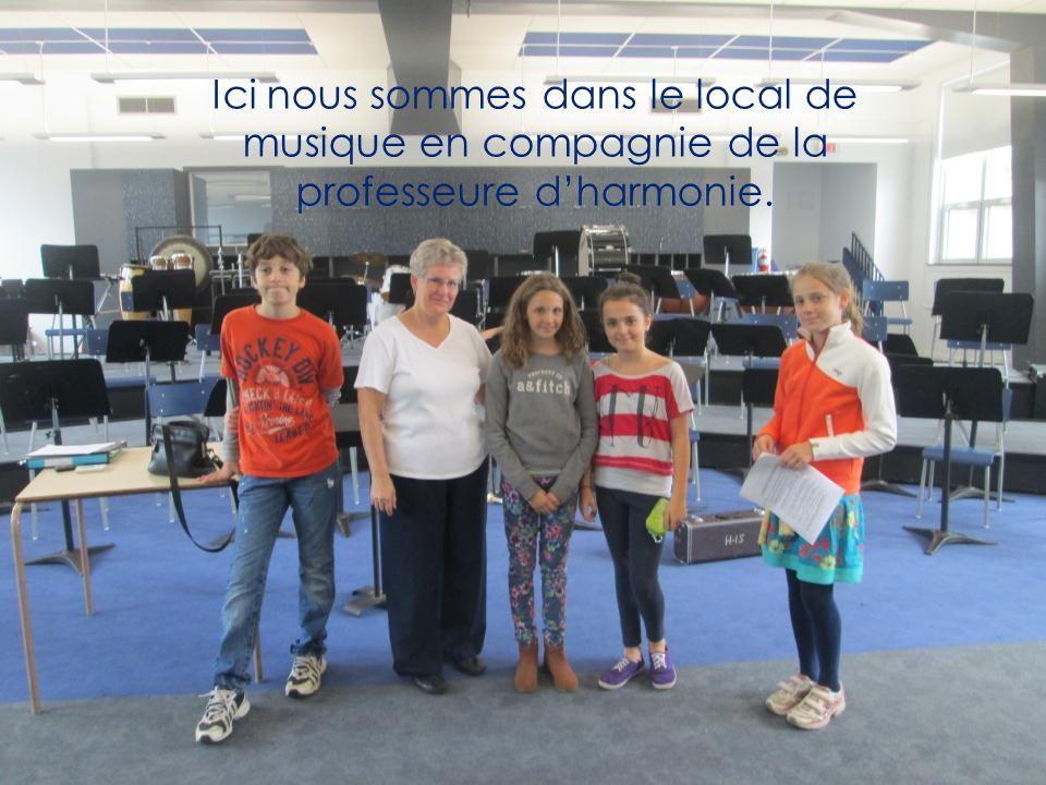 Ici nous sommes dans le local de musique en compagnie de la professeure d'harmonie.