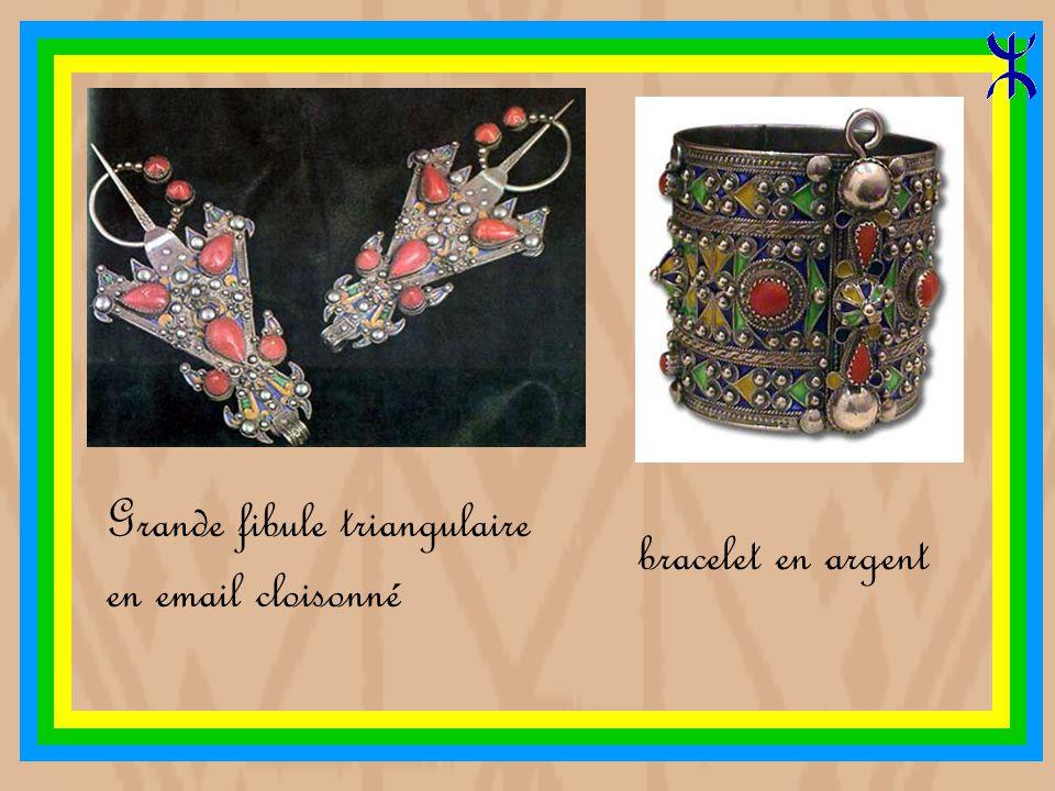 Ensemble de bijoux Kabyle en argent, email et corail : un diadème, un collier, une broche, des boucles d oreille, et deux gros bracelets (Parure de la mariée)