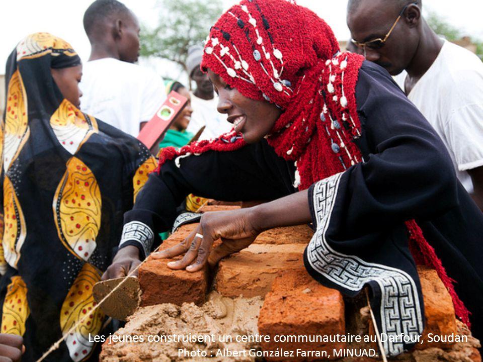 Les jeunes construisent un centre communautaire au Darfour, Soudan Photo : Albert González Farran, MINUAD.