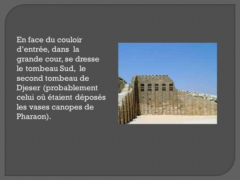 En face du couloir d'entrée, dans la grande cour, se dresse le tombeau Sud, le second tombeau de Djeser (probablement celui où étaient déposés les vas