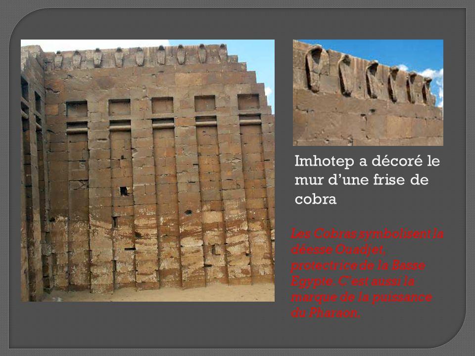 Imhotep a décoré le mur d'une frise de cobra Les Cobras symbolisent la déesse Ouadjet, protectrice de la Basse Egypte. C'est aussi la marque de la pui