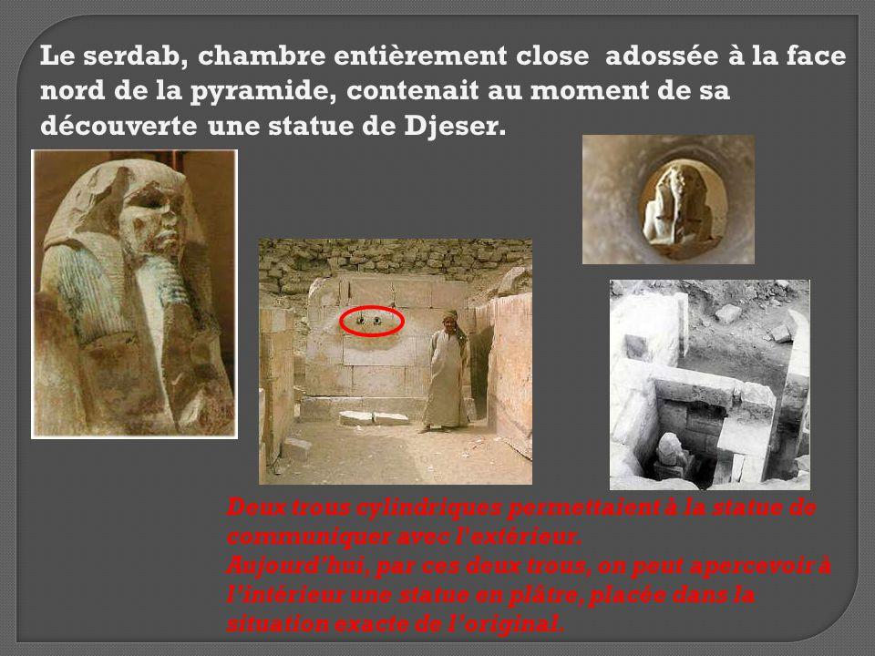 Le serdab, chambre entièrement close adossée à la face nord de la pyramide, contenait au moment de sa découverte une statue de Djeser. Deux trous cyli