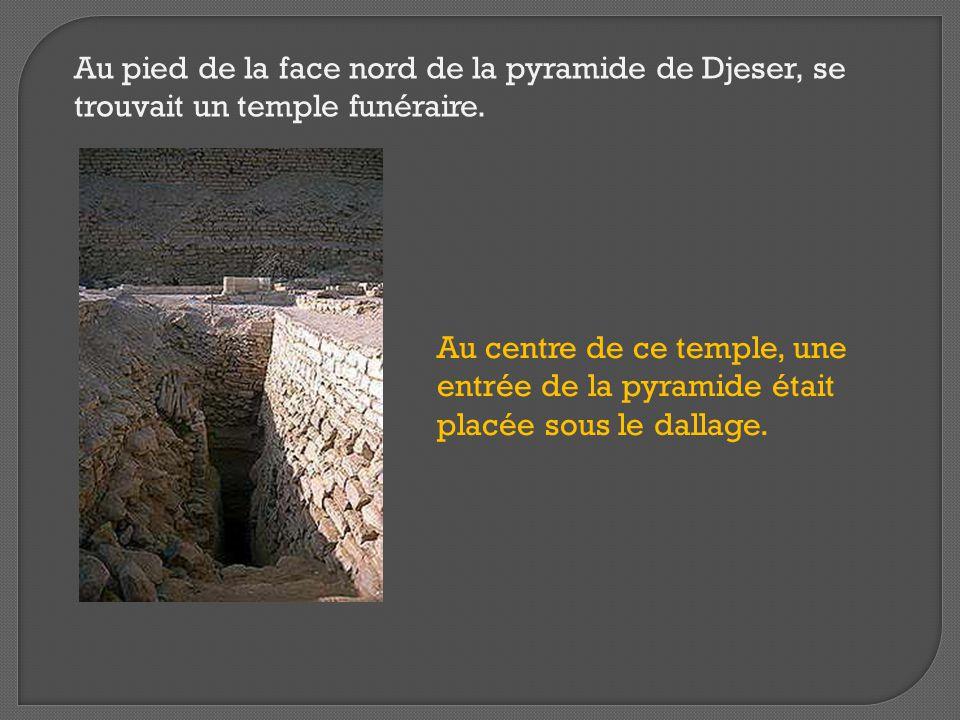 Au pied de la face nord de la pyramide de Djeser, se trouvait un temple funéraire. Au centre de ce temple, une entrée de la pyramide était placée sous