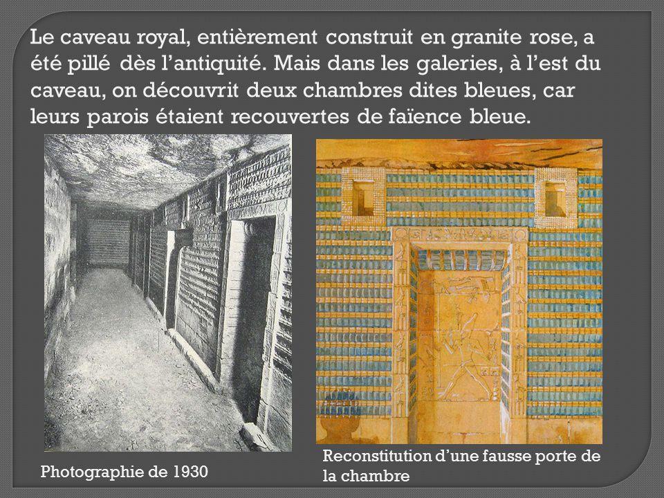 Le caveau royal, entièrement construit en granite rose, a été pillé dès l'antiquité. Mais dans les galeries, à l'est du caveau, on découvrit deux cham