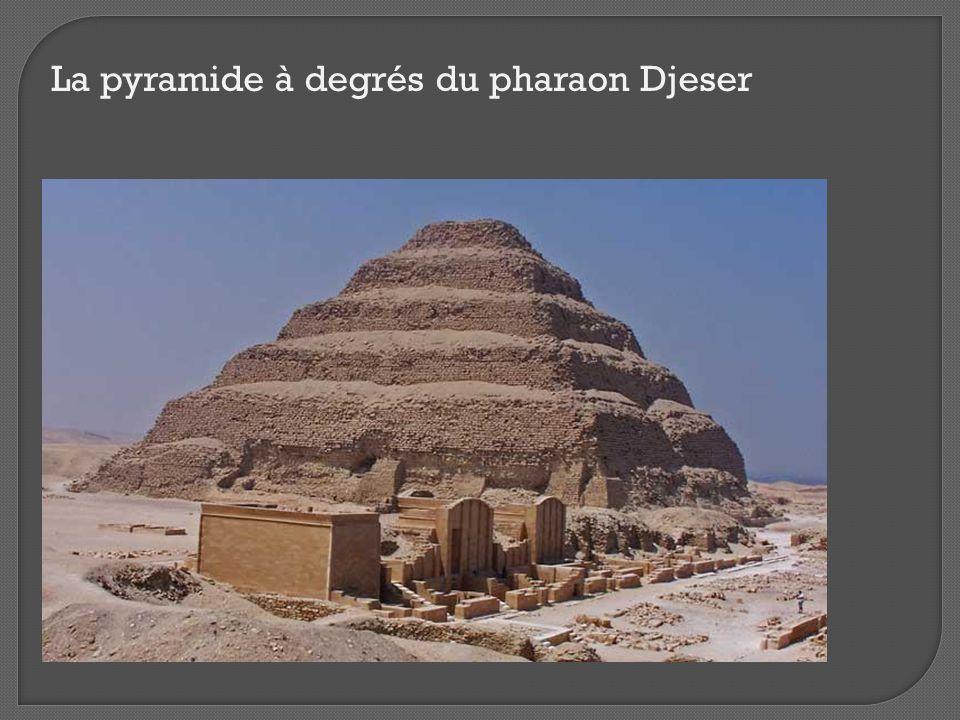 Cour du Heb Seb avec chapelles de cultes Serdab Pyramide à degrés Mur à cobras Tombeau sud entrée 14 fausses portes Temple funéraire nord Le complexe funéraire de Djeser Il s'étend sur 15 hectares.