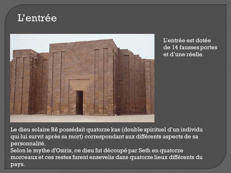 L'entrée L'entrée est dotée de 14 fausses portes et d'une réelle. Le dieu solaire Rê possédait quatorze kas (double spirituel d'un individu qui lui su