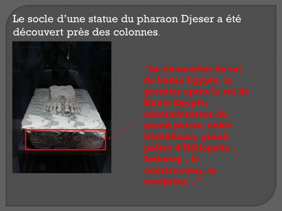 On y découvert également un autel royal entouré de têtes de lions.
