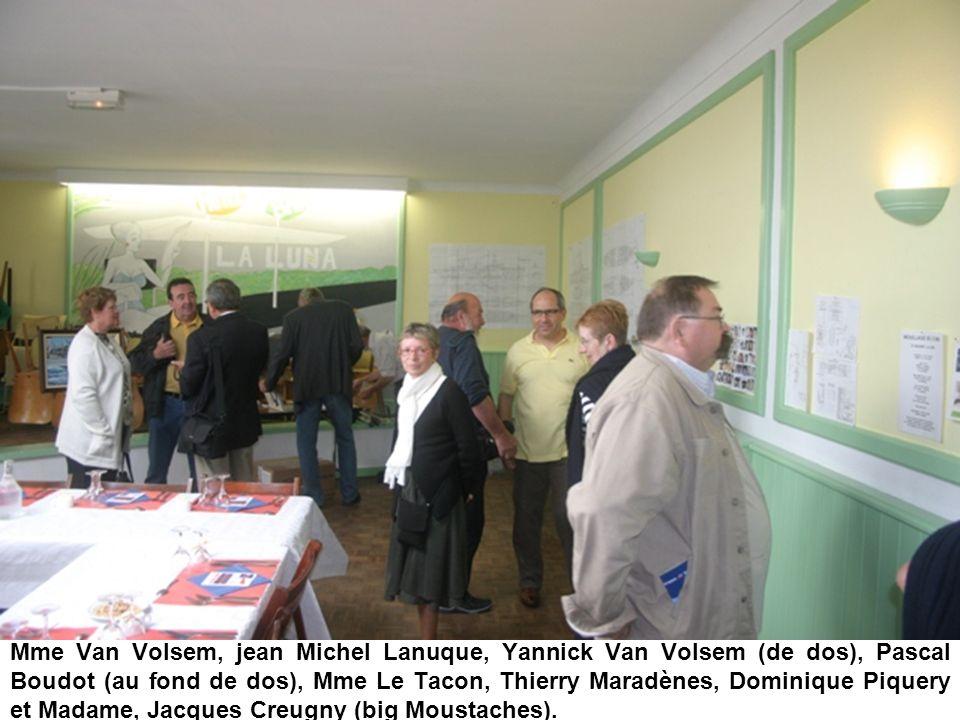 Mme Van Volsem, jean Michel Lanuque, Yannick Van Volsem (de dos), Pascal Boudot (au fond de dos), Mme Le Tacon, Thierry Maradènes, Dominique Piquery e