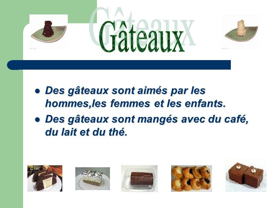 Des gâteaux sont aimés par les hommes,les femmes et les enfants.